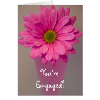 Tarjeta Margarita rosada en el compromiso del florero