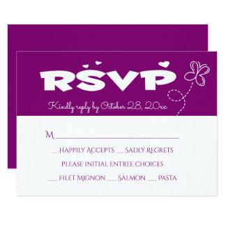 Tarjeta Mariposa y corazones púrpuras de RSVP que se casan