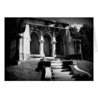 Tarjeta Mausoleo en una colina