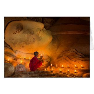 Tarjeta Monje que ruega por un Buda
