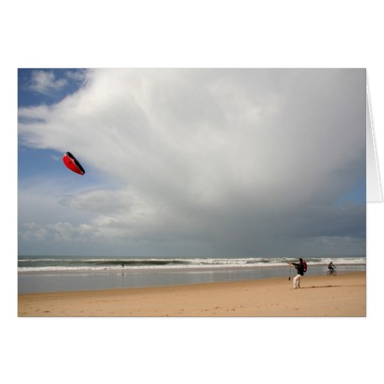 Tarjeta Muchacho en la playa kitesurfing