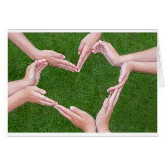Tarjeta Muchos brazos de niños construyen el corazón sobre