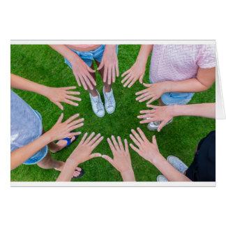 Tarjeta Muchos niños dan unirse a en círculo sobre hierba