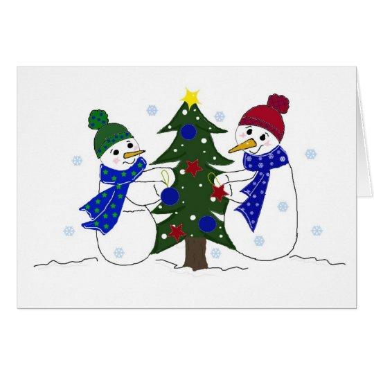 Tarjeta Muñecos de nieve que adornan un árbol de navidad