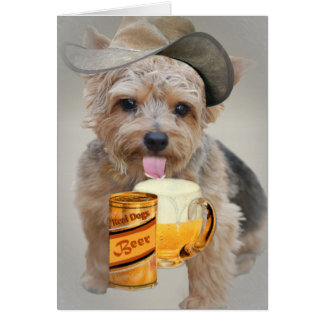 Tarjeta Norwich Terrier comparte una cerveza