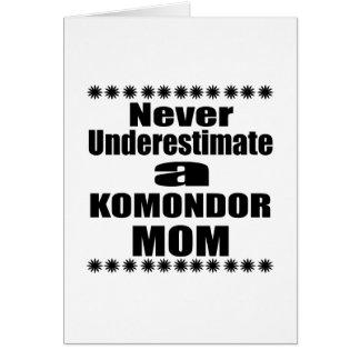 Tarjeta Nunca subestime a la mamá de KOMONDOR