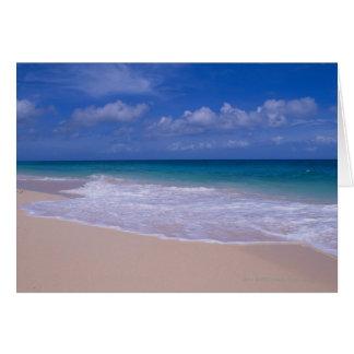 Tarjeta Olas oceánicas que hacen espuma sobre la playa
