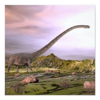 Tarjeta Omeisaurus que camina en el desierto por puesta