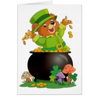 Tarjeta Oso animado del día de St Patrick con la mina de