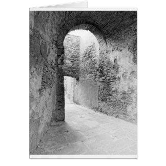 Tarjeta Pasillos oscuros de una vieja estructura del