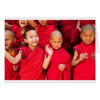 Tarjeta Pequeños monjes en trajes rojos