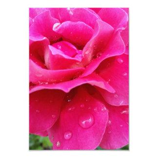 Tarjeta pétalos color de rosa rosados