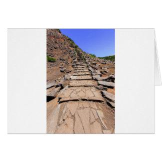 Tarjeta Pista de senderismo que lleva a la montaña en