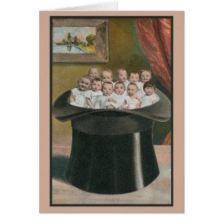 Tarjeta Porciones del vintage de bebés en un alto gorra