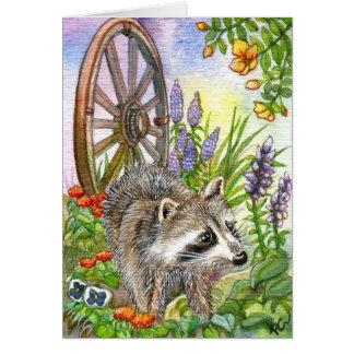 Tarjeta Racoon por el jardín de flores