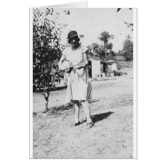 Tarjeta señora de los años 20 en vestido con el gorra que