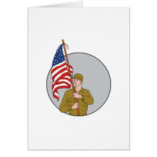 Tarjeta Soldado americano que sostiene el dibujo del