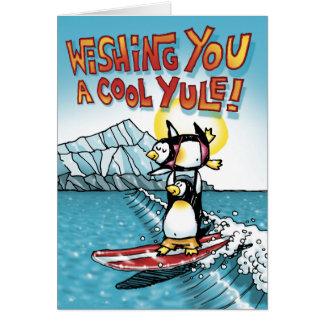 Tarjeta Tándem fresco de Yule que practica surf pingüinos