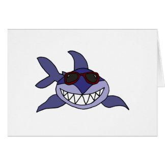 Tarjeta Tiburón azul divertido con las gafas de sol