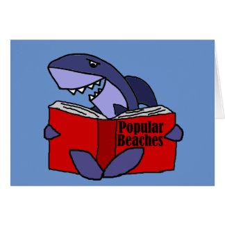 Tarjeta Tiburón divertido que lee el libro popular de las