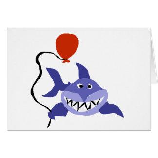 Tarjeta Tiburón divertido que sostiene el globo rojo