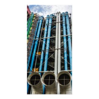 Tarjeta Tuberías coloreadas en la fachada de un edificio
