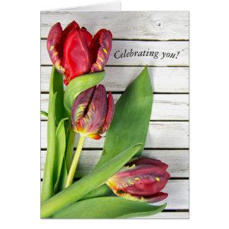 Tarjeta tulipanes rojos de lujo en la madera