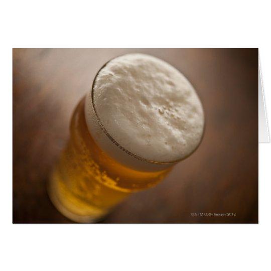 Tarjeta Una pinta de cerveza dorada, foco bajo del lir