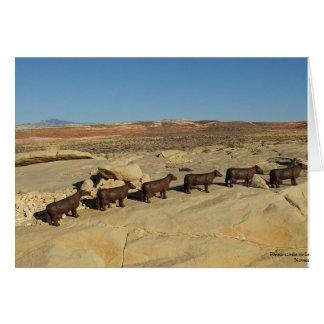 Tarjeta Vacas de Brown que caminan en el desierto