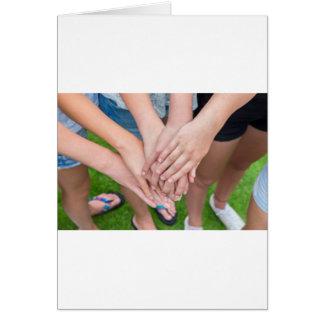 Tarjeta Varios brazos de chicas con se entregan