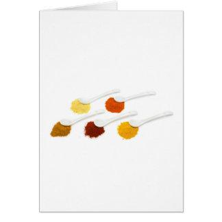 Tarjeta Varios especias del condimento en las cucharas de
