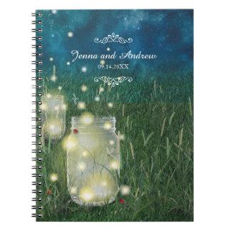 Tarro de albañil de la noche de verano del prado y cuaderno