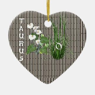 Tauro del bambú y del lirio adorno de cerámica en forma de corazón