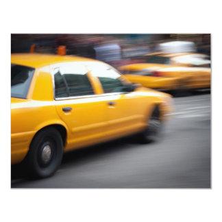 Taxi amarillo de la ciudad de NY que apresura con Invitación 10,8 X 13,9 Cm