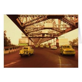 Taxi en un puente tarjeta de felicitación