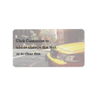 Taxi temático, taxi amarillo hacia adelante y etiquetas de dirección