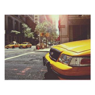 Taxi temático, taxi amarillo hacia adelante y postal