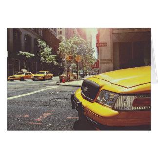 Taxi temático, taxi amarillo hacia adelante y tarjeta de felicitación