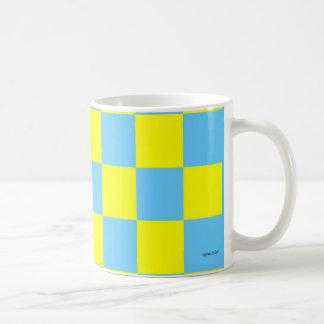 Taza a cuadros azul y amarilla