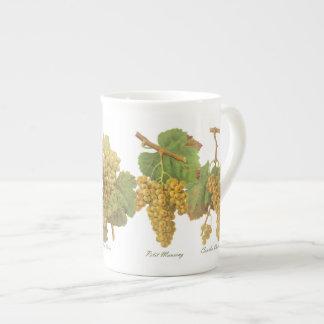 Taza amarilla de la porcelana de hueso de las uvas