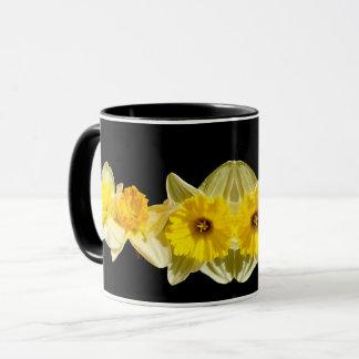Taza amarilla del narciso de la primavera