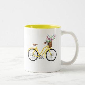 Taza amarilla dulce de la bici