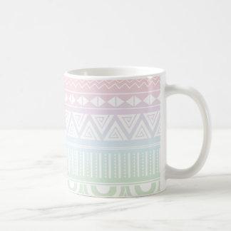 Taza azteca del diseño del arco iris en colores