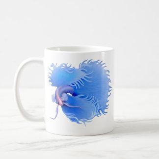 Taza azul de Crowntail que señala por medio de