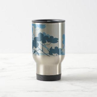 Taza azul del diseño floral del flor del Dogwood