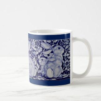 Taza azul y blanca de Dedham del conejo de la