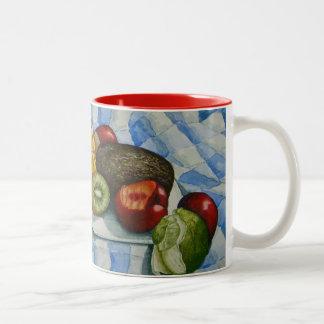 taza azul y blanca todavía de la fruta del arte