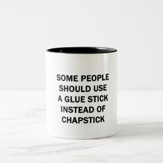 Taza Bicolor Alguna gente debe utilizar un palillo del