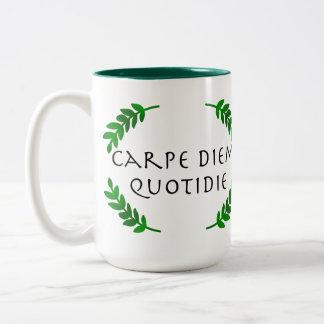 Taza Bicolor Carpe Diem Quotidie - agarre el día, cada día