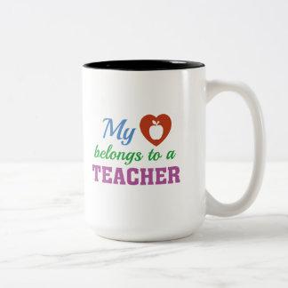 Taza Bicolor El corazón pertenece profesor